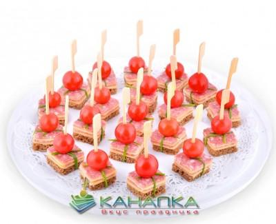 Kanape-set-s-salyami-i-syrom-na-borodinskom-hlebe