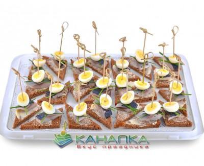 Kanape-set-Borodinskii-tost-so-slabosolenoi-seledochkoi