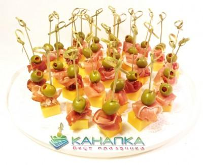 Kanape-set-Hamon-s-syrom-Chedder-i-olivkoi