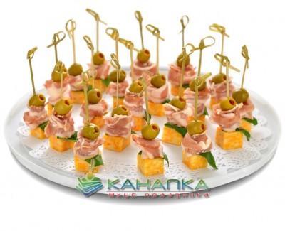 Kanape-set-Ital'yanskii-bekon-s-syrom-i-olivkoi
