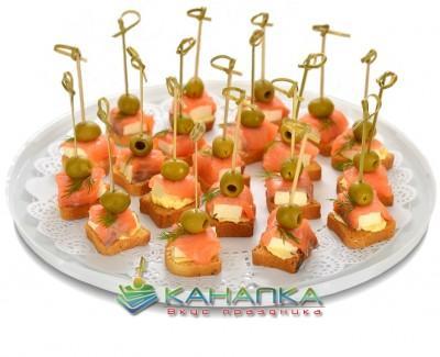 Kanape-set-Semga-s-adygeiskim-syrom-i-olivkami-na-toste
