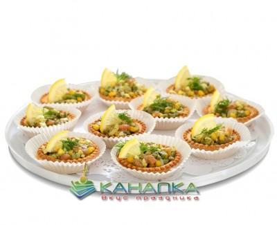 Tartaletka-s-salatom-iz-krevetok,-lososya-i-avokado